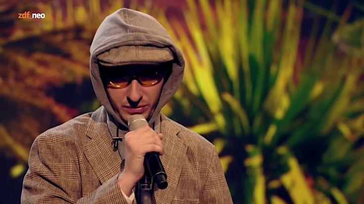 """Jan Böhmermann parodiert Xavier Naidoo  Für seinen neuen Song """"Marionetten"""" bekommt Xavier Naidoo ja derzeit Gegenwind von allen Seiten. Kein Wunder, ist der Text doch gespickt mit rechte..."""