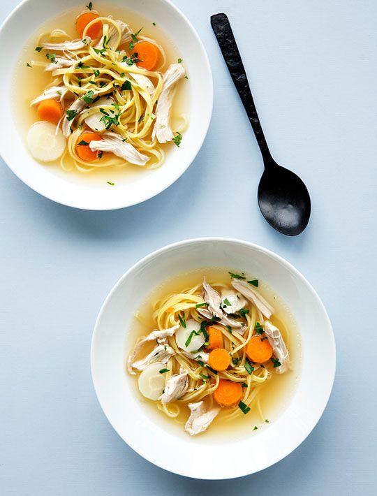 Klar hønsekødssuppe med kylling, pasta og urter