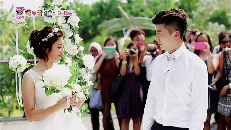 2PM fans crowd to see Wooyoung and Park Se Young's wedding in Singapore on 'We Got Married' | http://www.allkpop.com/article/2014/05/2pm-fans-crowd-to-see-wooyoung-and-park-se-youngs-wedding-in-singapore-on-we-got-married