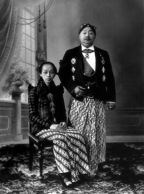 Sri Susuhunan Pakubuwana X & GKR Hemas, wearing batik parang rusak