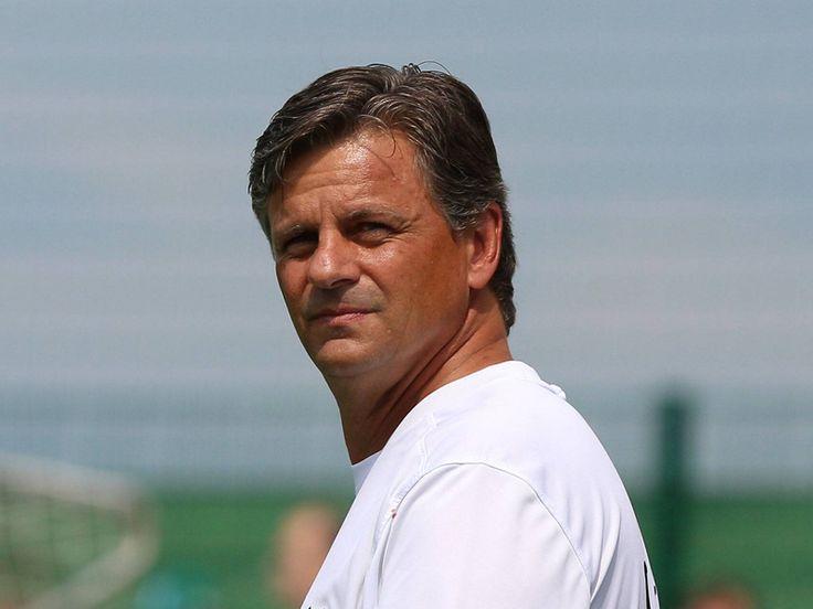 Falko Götz (* 26. März 1962 in Rodewisch) ist ein deutscher Fußballtrainer und trainierte 2003/2004 den TSV 1860 in der Bundesliga.