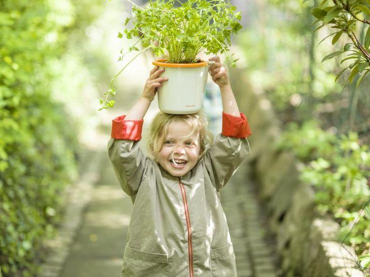 Lapset rakastavat ulkona olemista. Oma puutarha antaa täydellisen ja turvallisen paikan tutkia ja oppia luonnon ihmeitä!