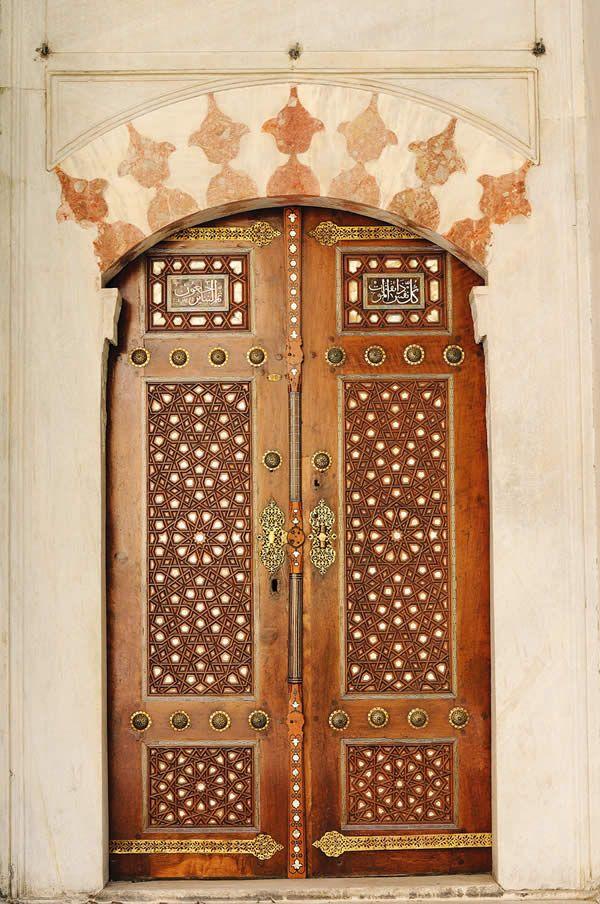 Door in Turkey_ Mimar Sinan'ın II. Selim için yaptırdığı türbeden sonra Hassa Başmimarı Davut Ağa III. Murat türbesini tasarladı. Türbenin kapısı ağaç işçiliğinin en seçkin örneklerinden olup aynı zamanda İstanbul'daki en güzel türbe kapılarından biridir.