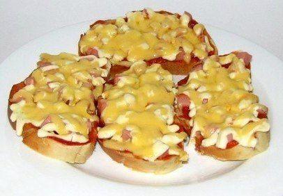 Подборка бутербродов для праздничного стола  1. Закусочные бутерброды с печенью трески  Ингредиенты:  - печень трески-2 баночки по 100 гр - яйца-3-4 шт - тертый,твердый сыр-количество по желанию - майонез - батон французский - 2 зубка чеснока - укроп - лук зеленый для украшения  Приготовление:  Батон нарезать кусочками и поджарить в тостере или на сухой сковороде. Яйца натереть, печень трески подавить вилкой. Соединить с сыром, рубленным укропом и майонезом. Кусочки батона натереть (при…