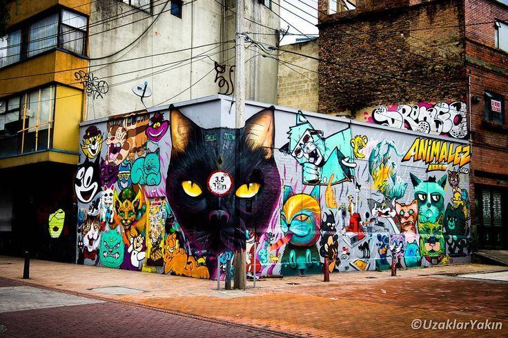 Biz Cusco'ya doğru ilerlerken sizi Bogota yazımızla başbaşa bırakalım. Yazının linki instagram profilimizde. Fotoğraf Bogota'nin renkli sokaklarından yalnız küçük bir hilesi var. Grafiti sanatçısının bu hilesini görebilecek misiniz?  #uzaklaryakin #bogota #colombia #kolombiya#grafiti #sokak #gezgin #macera #yolculuk #cokgezenlerkulubu #turkishfollowers #gezi #traveltheworld #seyahat #photography #photooftheday #photographers_tr #fotograf #southamerica #hurriyetseyahat #ig_today #ig_travel…