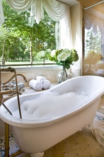 Old fashioned bath tub.........when I had this bath tub............I just did not know how lucky I was!!!!!!!!!!!!!!