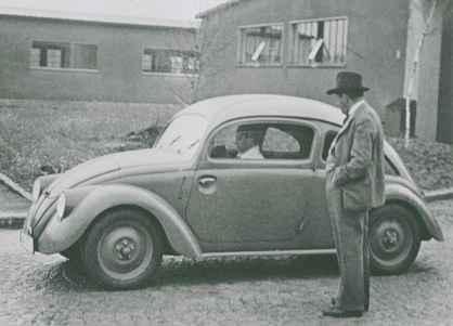 """1937 – PORSCHE E SEU FUSCA: Ferdinand Porsche, um conceituado engenheiro da época, admira o protótipo do carro econômico, robusto e espaçoso que lhe fora encomendado por Hitler - o """"Volks Auto"""" ou """"Volks Wagen"""", expressões alemãs que traduzem a ideia do """"carro popular"""". Foi o carro mais vendido no mundo, ultrapassando em 1972 o recorde que pertencia até então ao Ford Modelo T."""