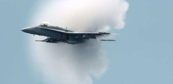 Si alguna vez has visto una demostración aérea, seguro que has podido observar que los aviones rompen la velocidad del sonido con una facilidad pasmosa. Es un efecto que hace siglos habría sido impensable, pero que ahora ya tenemos interiorizado y que la física ha normalizado. Ahora bien, ¿qué ocurre cuando se supera la barrera del sonido?Lo primero que hay que puntualizar es que el sonido es una onda con...