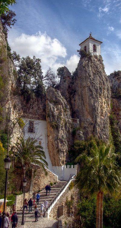 #Guadalest, pittoresk bergdorpje met kasteel in het binnenland van de Costa Blanca. Schitterende vergezichten vanaf het kasteel, welke je via deze trap kunt bereiken.