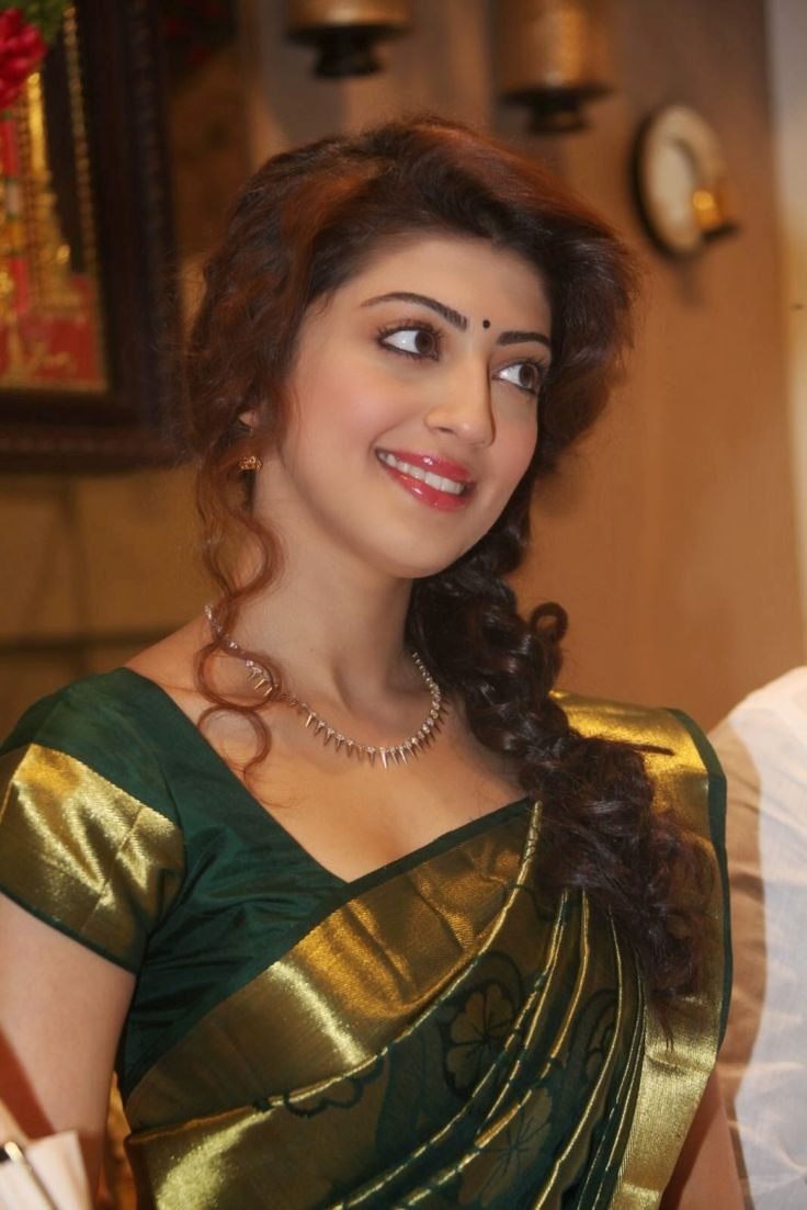 Vivacious Libran, Pranitha was spotted wearing a heavy silk, green coloured kanchipuram saree with a brocade border. We at Shatika, admire Pranitha for her indianness and her penchant for sarees.
