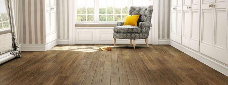 Reduce el tiempo de limpieza de los pisos de madera con un mantenimiento preventivo inteligente. Coloca alfombras fuera y dentro de las puertas exteriores para disminuir el movimiento de tierra. En tiempo de lluvia, incluye una zona de drenaje para evitar daños por agua.  Prevén las manchas mediante el uso de protectores de piso debajo de los muebles y mediante el uso de alfombras en áreas de juego para asegurarte de que los juguetes de los niños no rayarán el piso.