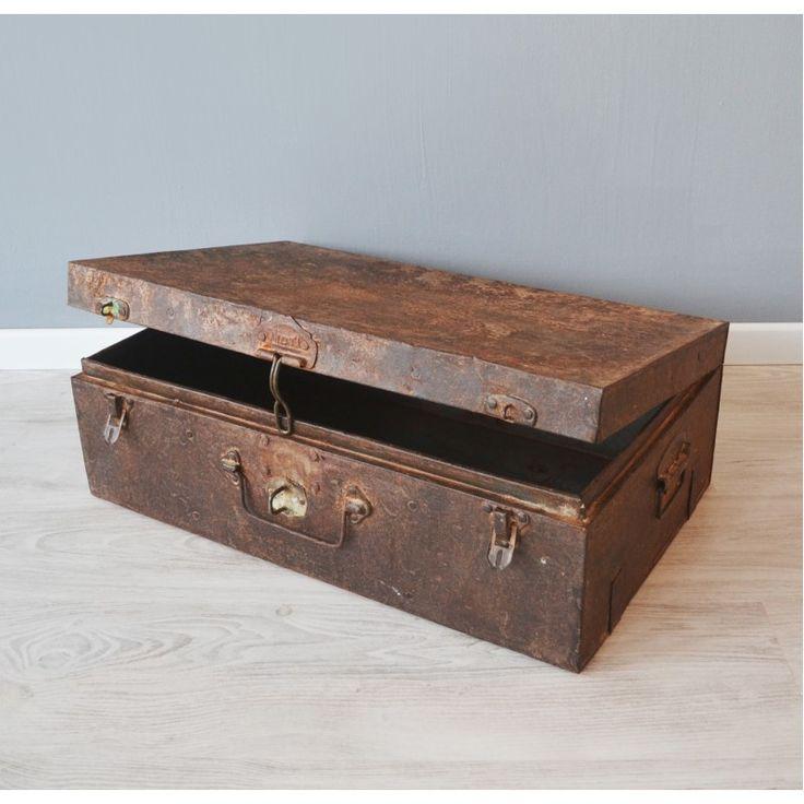 Oude #metalen koffer met roest. De #vintage #koffer is een  echte blikvanger in ieder #interieur #kist