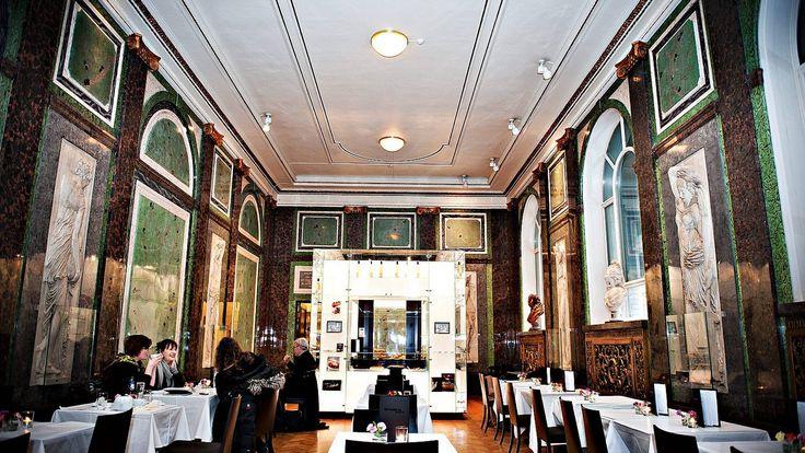 I stilfulle Den Franske Sal på Nasjonalgalleriet får du franskinspirerte kaker, deilige lunsjretter og ulike tesorter.   — Les mer i Restaurantguiden fra Osloby.