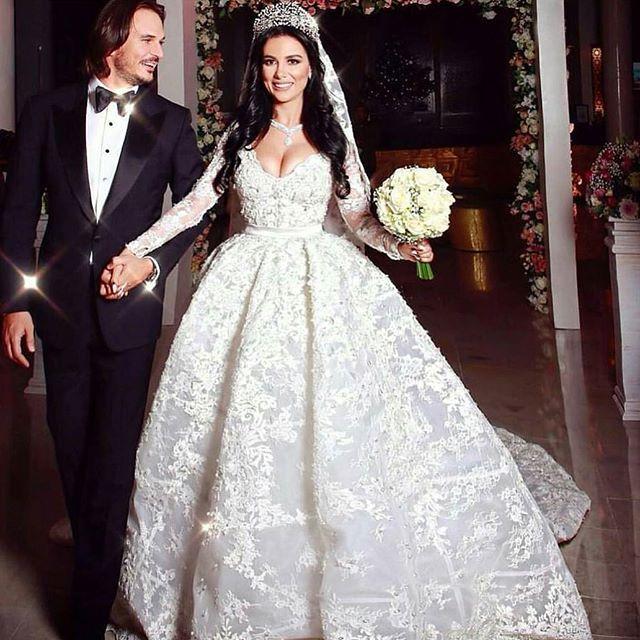 ححبيت عروسه فخمه جميله انيقه اطلالتها فخمه من الأخر وحبيت أكثر شي إنها مو أوفر بزياده الفستان جميل مع الأكمام والقماش وا Dresses Nice Dresses Wedding Gowns