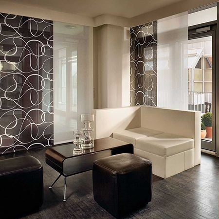 Panel japonés con combinación de paños lisos blancos y negros estampados con líneas blancas. dress windows with curtain panels in winter to keep out chills and draughts and warm a home