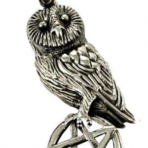 """www.gothlab.com Pendente """"Owl"""" arg.925. Pendente con un gufo che tiene un pentacolo in argento 925  #pendente #gotico #accessori #style #goth #pentacolo #gioelli #magic #magia #wicca #strega #witch #spell #demon #simbolo #dark"""