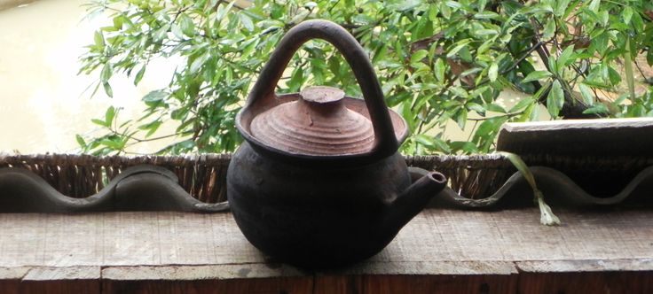 This clay teapot is typical of the style of the Dai (傣) ethnicity in the autonomous prefecture of Xishuangbanna (西双版纳) in the south of Yunnan province.