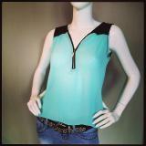 Mouwloze blouse €19.99 met leatherlook accenten verkrijgbaar in zwart, koraal, roomwit en mintgroen