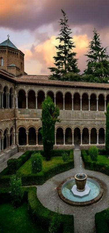 Claustro del Monasterio de Santa María de Ripoll, Girona,