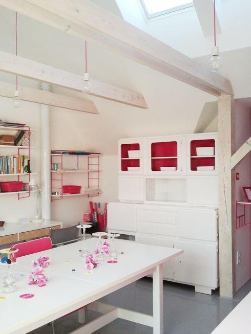 Panyi Zsuzsi üvegdesigner padlás műhelyében magenta tilka textilkábel lámpák
