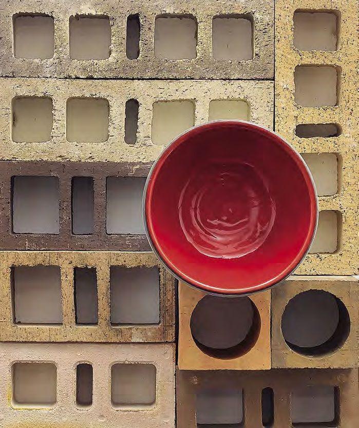 Construccines con solera. A la experiencia y compromiso de la Ladrillera Santafé se suma su afán por la investigación, y así crea estos ladrillos que combinan tradición y modernidad que, con formas y colores variados, agregan estética a su función. Especializada en producir materiales de arcilla para el sector de la construcción, entre sus principales productos se encuentran ladrillos estructurales y de fachada, adoquines, bloques divisorios, tejas y aligerante para placas de entrepisos.