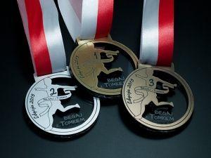 Wyjdź z domu i biegaj z Tomkiem. Medale z laminatu grawerskiego w 3 kolorach: brązowym, srebrnym i złotym.