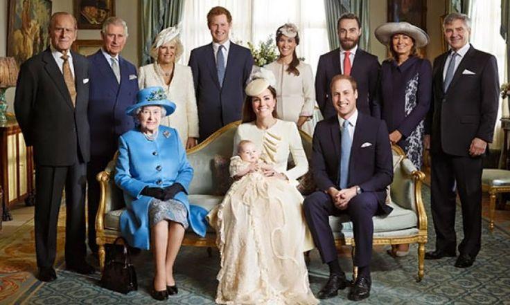Usando uma réplica da roupa que a Rainha Victoria mandou fazer em 1841 para sua primeira filha, Príncipe George foi apadrinhado por sete amigos do Duque e da Duquesa. Entre eles, Zara Phillips, prima de William, e Jamie Lowther-Pinkerton, ex-secretário pa