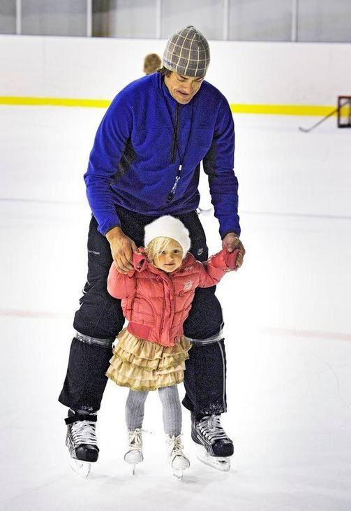 Teemu Selänne opetti Veera-tytärtään luistelemaan kesällä 2011.