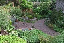 Kleine tuin aan de dijk met groot hoogteverschil