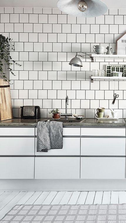 Stylish white kitchen - via Coco Lapine Design Est Living @estemag #estliving #estdesigndirectory