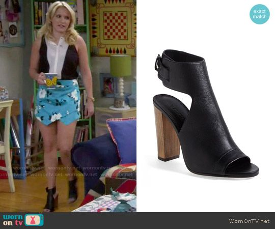 Gabi's black shoes on Young and Hungry.  Outfit Details: http://wornontv.net/51226/ #YoungandHungry