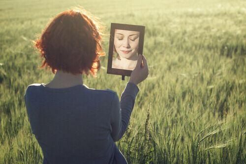 """Se dire à soi-même """"je m'aime"""" est synonyme d'acceptation de soi. Voici quelques conseils qui pourront vous aider à être plus tendre envers vous-même."""