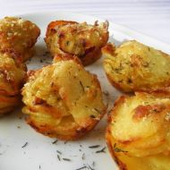 Fotografie receptu: Zapečené bramborovo-česnekové košíčky se sýrem