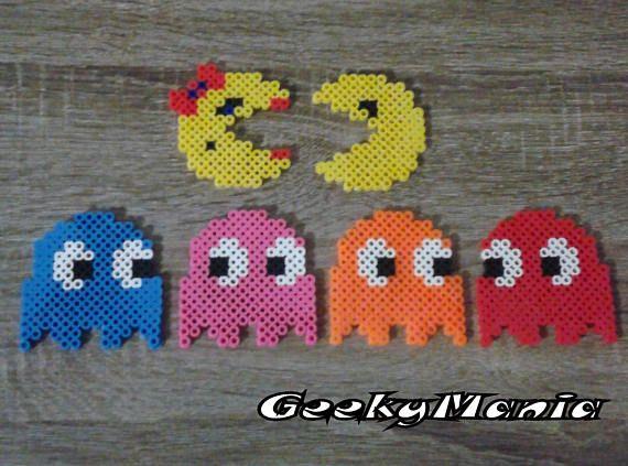 Pac-Man, Mrs Pac-Man et les fantômes (Speeky, Pinky, Blinky & Clyde) réalisés en Perler Beads... Le plus célèbres des jeux darcades des années 80!! Lensemble des 6 personnages vous est offert à un prix unique! Disponible avec/sans aimant! Dimension: 3 de large x 3 de haut (7cm x 7cm)