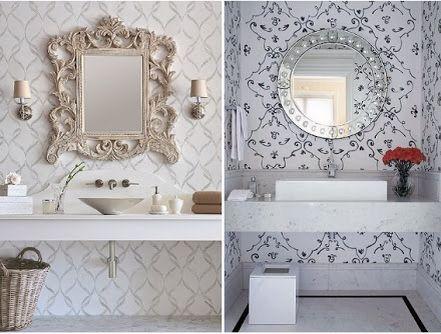 Papel de parede e espelhos emoldurados dão charme aos lavabos. Simplicidade e elegância na composição