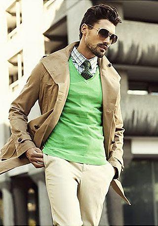 差し色上級者!春らしい色で見せる、ベージュのトレンチコートとカラーセーター。メンズ トレンチコートのコーデアイデア