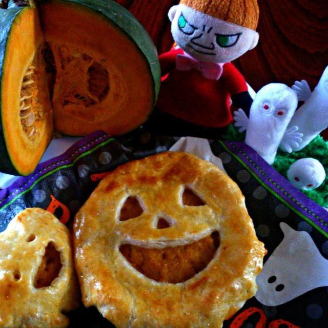 台風がきてますね。 そんなときはおうちでのんびりお菓子作りに限ります。 少し気が早いのですが、昨日からなんとなく気分はハロウィンです(笑) - 96件のもぐもぐ - パンプキンパイ ~ミィのハロウィンパーティー~ by さっちん