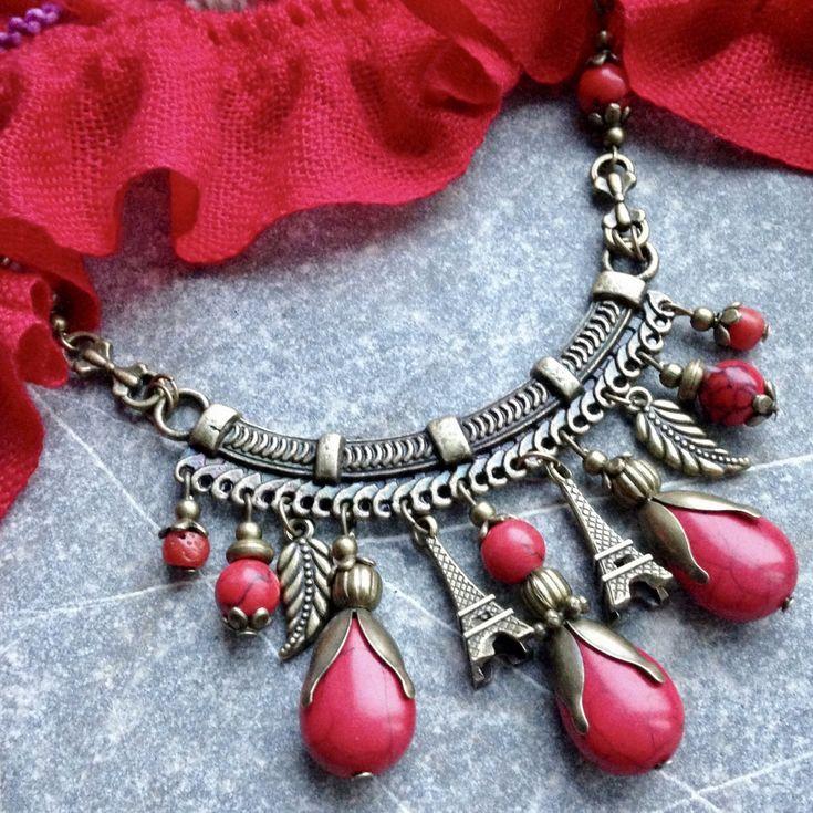 Orient+červený+Výrazný+mosazný+náhrdelník+s+přívěsky+z+červeného+howlitua+kousků+červeného+korálu+na+mosazném+ramínku+a+řetízku.+Délka+ramínka+7,5+cm,+celková+délka+45cm,+zapínání+karabinka.+Délku+můžu+na+přání+upravit+K+náhrdelníku+se+hodí+náušnice