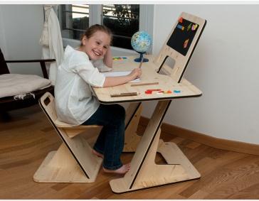 Escritorio y silla infantil hecho de triplay, y ensamblado. Diseñador desconocido. -AK