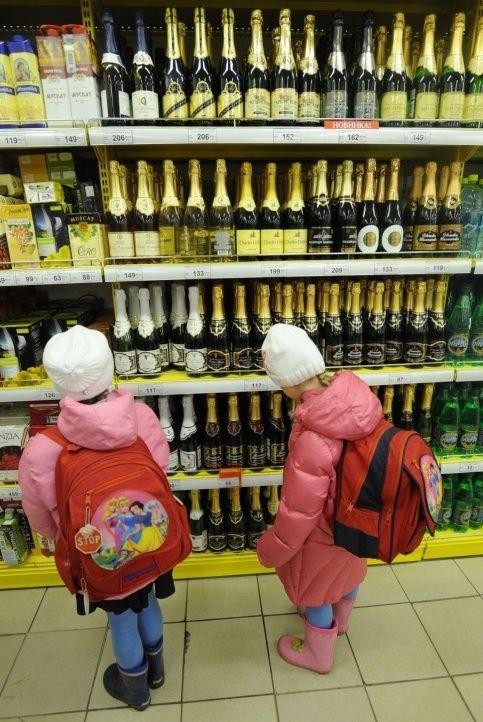 В России предложили запретить детское шампанское.  Недавно в парламент Литвы поступил законопроект о запрете детского шампанского. Авторы инициативы надеются с помощью такого необычного запрета дать отпор рекламе алкоголя среди несовершеннолетних. «Не все родители понимают, что нехорошо детей с раннего возраста на праздниках приучать к распитию шампанского, пусть даже не содержащего градуса. Ведь именно так идет постепенное привязывание молодежи к вредной привычке», - цитирует министра…