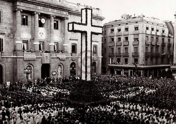 Interinitat a l'Ajuntament    Fins al 1948, l'Ajuntament barceloní va viure una situació d'interinitat, amb una successió de juntes gestores al capdavant de la institució. Dia de la Confirmació a la plaça de Sant Jaume, el juny del 1939.    © Arxiu Fotogràfic de Barcelona. Autor desconegut