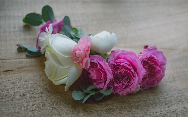 Accesorio floral hecho con rosas blancas y spray roses. Flower accesory made with white and pink roses.