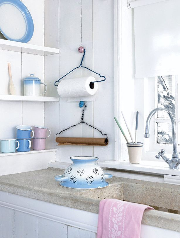 Een klerenhanger versiert met elektra snoer voor het ophangen van keukenrol of keukenpapier. www.101woonideeen.nl