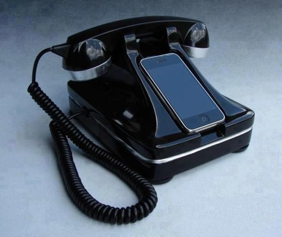 Retro iPhone http://www.design-miss.com/retro-iphone/ L'artista Scott Freeland ha realizzato Retro iPhone,una base old style, in resina e scolpita a mano per l'iPhone. La cornetta è funzionante, l'iPhone si collega tramite USB per la ricarica e si può acquistare su etsy.   Viablog.makezine.com