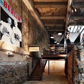 """Šéfkuchař berlínského podniku La Soupe Populaire Tim Raue ctí myšlenku, že podávat hostům """"pouze"""" dobré jídlo již dávno nestačí. Musí..."""
