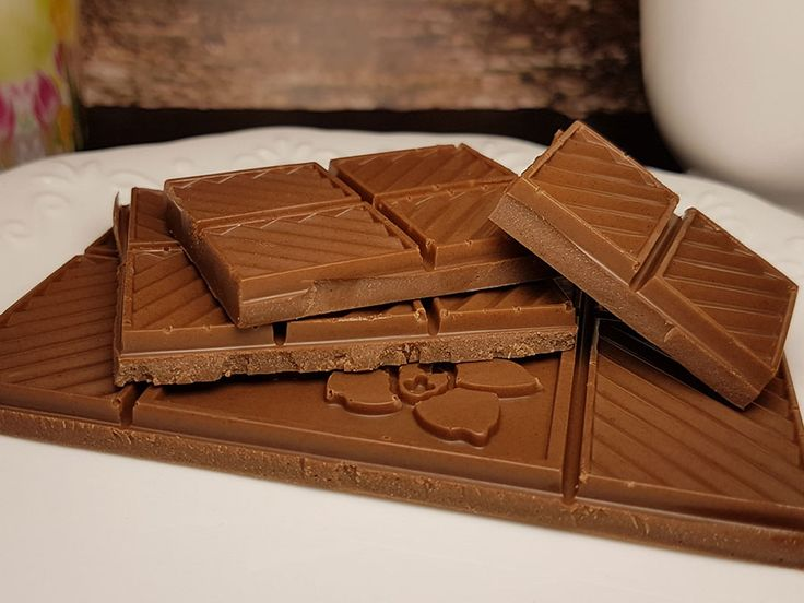 Kakaobutter, Kakaomasse, Sahnepulver und etwas Süße – mehr braucht es nicht für eine perfekte, zuckerfreie low-carb Milchschokolade. Aber wieviel nun von welcher Zutat? Diese Frage wirft direkt eine Gegenfrage auf: wie soll deine Schokolade denn werden?? Bei wenigen Rezepten ist der Variationsspielraum so riesig wie bei Schokolade. Du musst nur ein paar kleine Grundregeln bei …