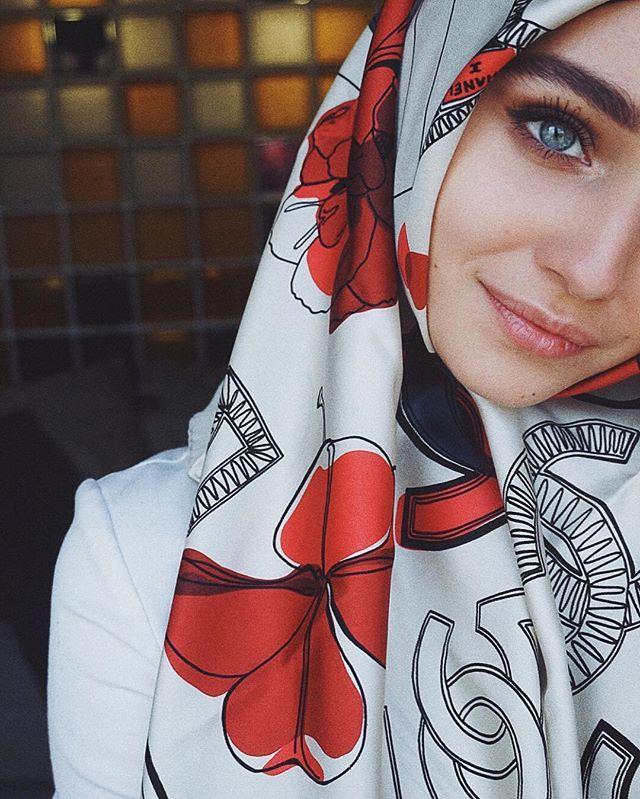 Я не большой любитель платков с принтами, но этот - любовь  от @zairagelogaeva ❤️