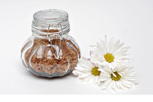 SCRUB PELLE MORBIDA ALLA VANIGLIA  Vi servono 2 tazze di zucchero di canna Olio d'oliva 1/2 tazza 2 cucchiai di miele 1 pizzico di vaniglia ciotola cucchiaio contenitore di vetro ermetico Che cosa farete: Mescolare insieme l'olio d'oliva e vaniglia in una ciotola. Aggiungete zucchero di canna e mescolare fino a quando tutti gli ingredienti sono ben combinati.