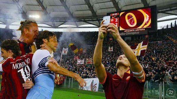 Philippe Mexes dusi Stefano Mauriego podczas selfie Tottiego • Śmieszne fotki w piłce nożnej • Wejdź i zobacz duszenie Mexesa >>