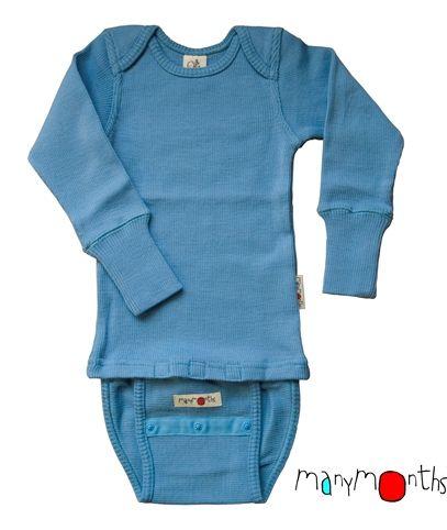"""ManyMonths Ull-body /-genser Kan brukes ca tre ganger lengre enn andre plagg. Laget slik at den kan """"vokse med barnet"""", så en trenger ikke like mange sett størrelser. Veldig greit for dyre ullklær. Er også veldig fornøyd med finlandshetta og bodyforlengeren (særlig for tøybleierompa). Selges bl.a på bæreglede."""
